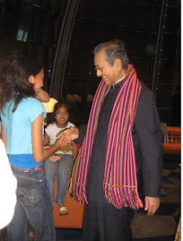 Graciela presented a traditional salendang to Tun Mahathir for helping us.