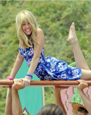 http://3.bp.blogspot.com/_gfVSzRokjJE/SHjJEMiAegI/AAAAAAAAArM/Bb78MaXa34w/s400/Miley%2BCyrus_surfboard.JPG