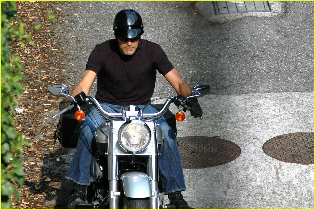 http://3.bp.blogspot.com/_gfXupHOEhH0/TUbWdFQ1qcI/AAAAAAAATkI/cctY0F21CZQ/s1600/clooney-motorbike.jpg