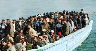barcone di immigrati verso l'italia
