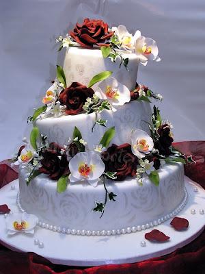 Hochzeitstorte mit Orchideen und Zuckerrosen
