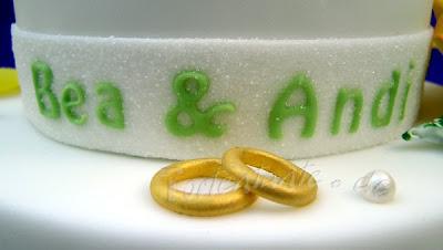 Ringe auf Hochzeitstorte