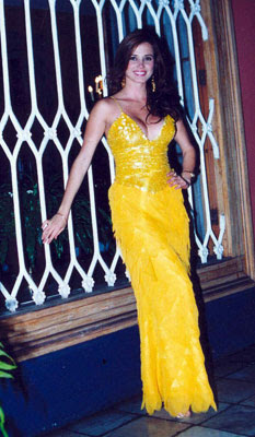 Maju Mantilla posando con hermoso vestido amarillo