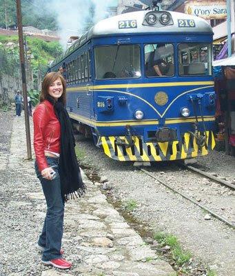 Maju Mantilla con jean azul y casaca de cuero color guindo cerca la ferrocarril