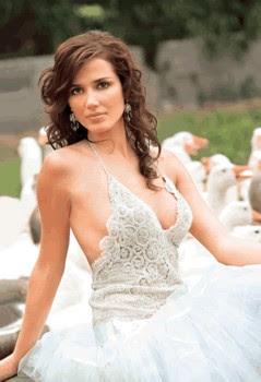 Maju Mantilla con bello vestido blanco