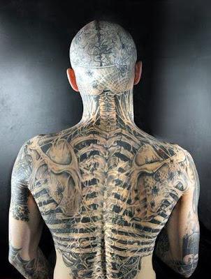 El hombre calavera de espalda