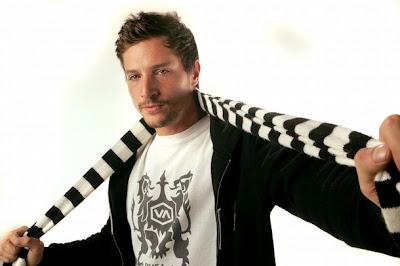 Simon Rex posando con su bufanda