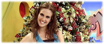Emilia Drago junto al Arbol de Navidad