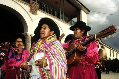 Personas de la tercerda edad en el Carnaval de Ayacucho