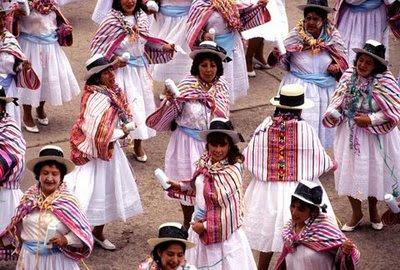 Mujeres con talco en la mano en el Carnaval de Ayacucho