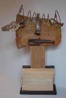 Escultura hecha con hierro, cobre, madera, libros y cerradura por ImaPerezAlbert