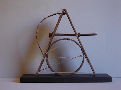 Escultura de hierro con técnica assemblage y materiales pobres