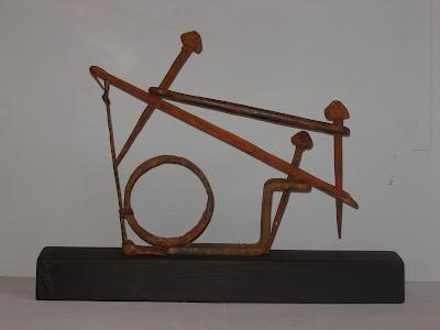 assemblatge-escultura realizado con objetos y materiales pobres