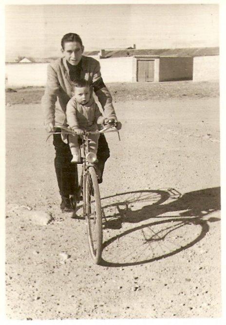12. Mi tío Evelio, hermano de mi padre, me lleva en bicicleta en Fuente Álamo, Albacete, año 1950.