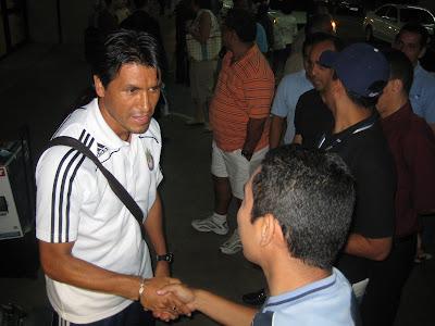 Claudio Suarez saluda a los aficionados en Panama