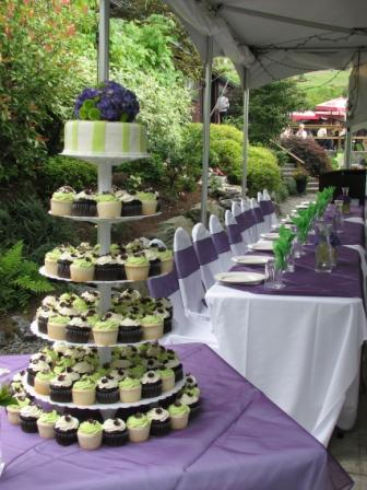 Cupcake wedding cakes with green colors that attract attention