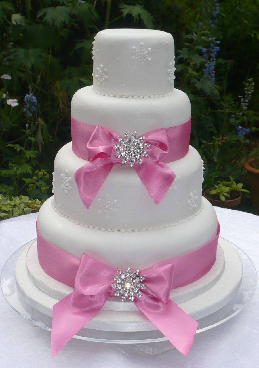 Cake Decorating Ribbon Ideas : Carmageddon Wedding Ideas: Ribbon Brooch Wedding Cakes
