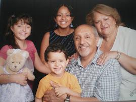Mis Papás con sus nietos mayores.