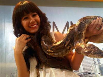 Ardina Rasti is not afraid of snakes