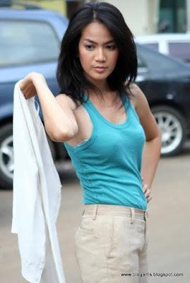 Laudya Cheryl Wearing Sleeveless Shirt