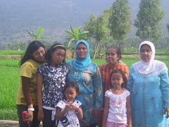 Kami sekeluarga photo bersama, waktu mudik ke kampung Dangdeur, Buahdua , Sumedang....