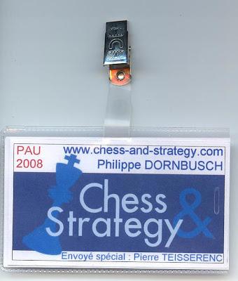 les gentils membres de l'équipe Chess & Strategy arborent fièrement ce badge cultissime dans l'univers du jeu d'échecs