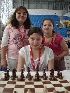 Les trois pupillettes, Andréea Cristiana Navrotescu (5,5 points/9), Elise Bellaïche (7 points/9) et Lucie Rigolot (5,5 points/9) au championnat d'Europe d'échecs des jeunes - photo FFE