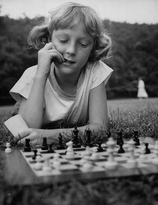 Jeune joueuse d'échecs - photo du magazine Life