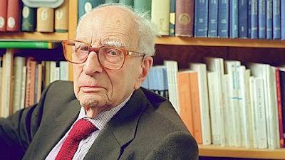 Claude Lévi-Strauss dans son bureau du Collège de France, en 2001 à Paris - AFP