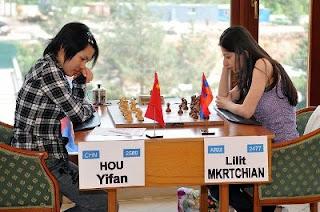 Hou Yifan, la championne d'échecs chinoise face à Lilit Mkrtchian ronde 3 © site officiel