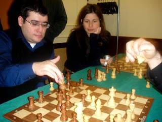 Sergei Movsesian analyse sous les yeux de l'Equatorienne Martha Fierro Baquero