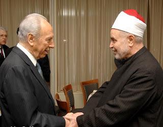 شيخ الأزهر محمد سيد طنطاوي يصافح رئيس اسرائيل شيمون بيريز