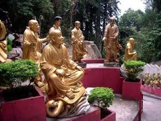 Le temple des 10 000 Bouddhas se trouve perché au dessus de Sha Tin à Hong-Kong.