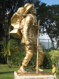Domingo peña con el busto de Simon Bolivar en el año 1951,llevaron el busto a lo mas alto de venezu
