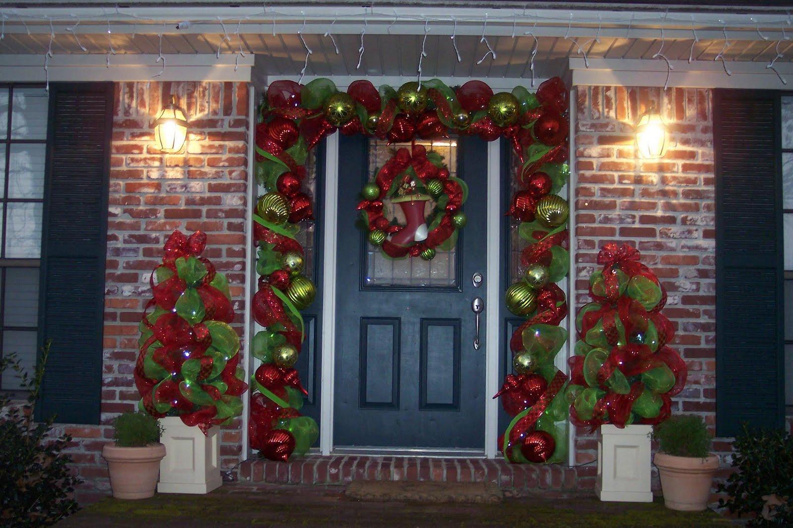 Christmas door decor stalking southern fried gal - Decorar una casa en navidad ...