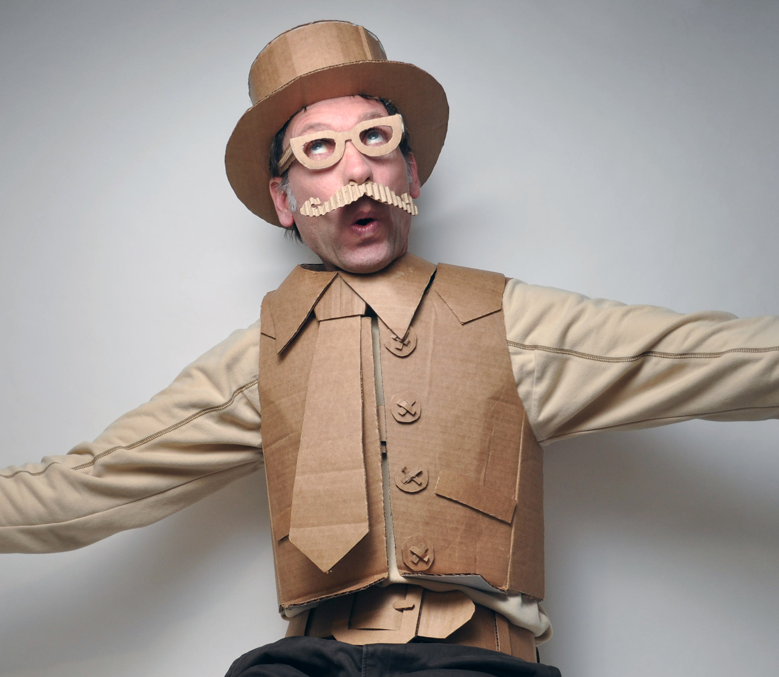 15 Halloween Costumes That Artfully Used Cardboard Boxes ...
