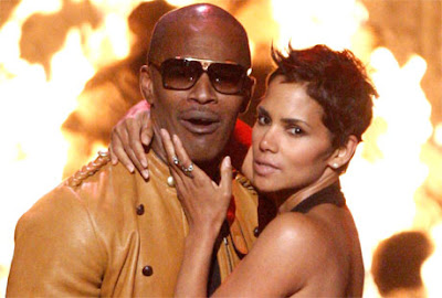 Halle Berry Steamy Kiss With Jamie Foxx