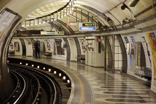 Líneas de Metro de Far Off Parade London-underground-station