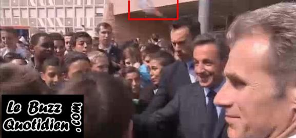 Sarkozy cible d'une bouteille d'eau à Beauvais vidéo