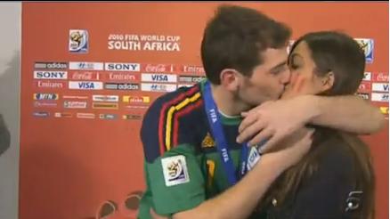 vidéo Casillas embrasse Carbonero en direct