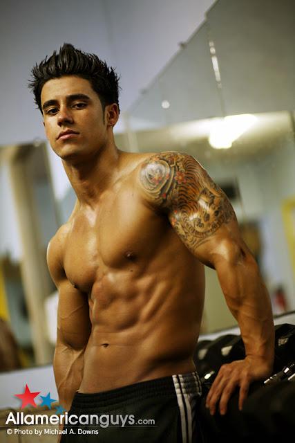 Sexy Cubano-American bodybuilder Santiago Aragon