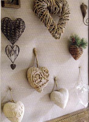 Collection de cœurs encadrée sur toile de lin