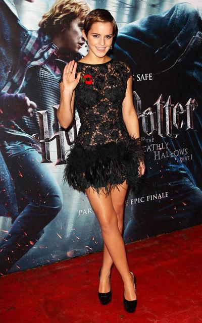 """Emma Watson lució un vestido """"vintage"""" negro de encaje y tacones de"""