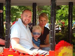 Familien Danmark mast ned i en togvogn i Legoland!