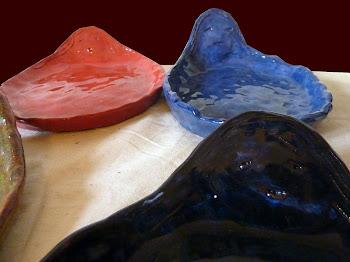 Platos de cerámica esmaltada.