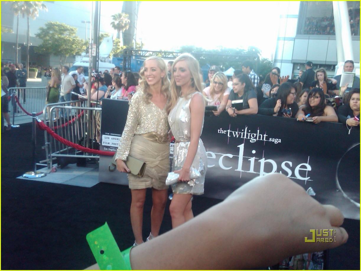 http://3.bp.blogspot.com/_hzbbMAYtNxk/TC4caE4CtdI/AAAAAAAACR0/cG789Qh8dvk/s1600/robert-pattinson-eclipse-premiere-03.jpg