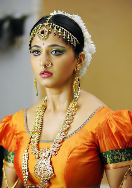 anushka shetty in telugu movie Nagavalli hd images.