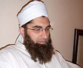 Junaid Jamshed with His Family http://thejunglebook-sayed.blogspot.com/2009/08/junaid-jamshed.html