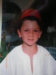 Théo a 5 ans en tenue de circoncis