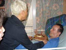 Simon Bellaiche souffle sa bougie d'anniversaire